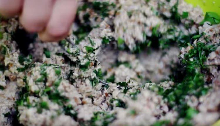 Добавляем в гречнево-грибной фарш измельченную зелень.