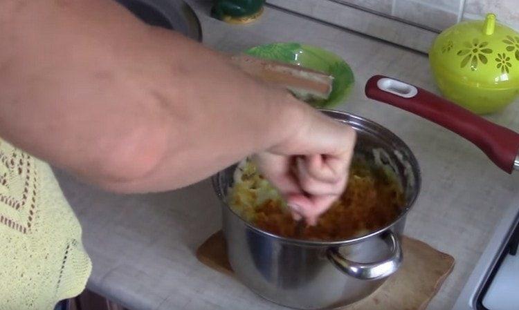 Добавляем обжаренный лук к картошке и перемешиваем.