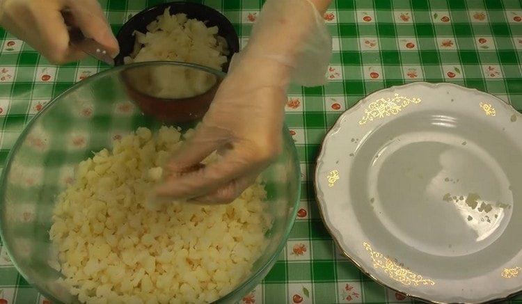 Отварную цветную капусту мелко нарезаем.