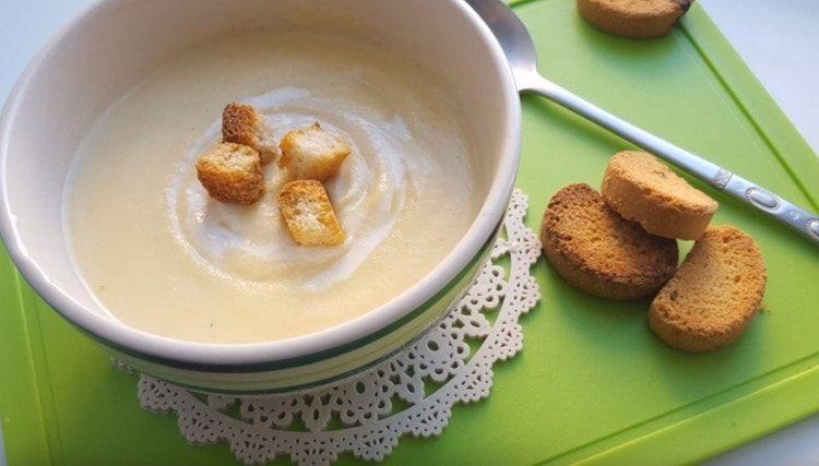 Подавать такой крем-суп из цветной капусты можно с сухариками.