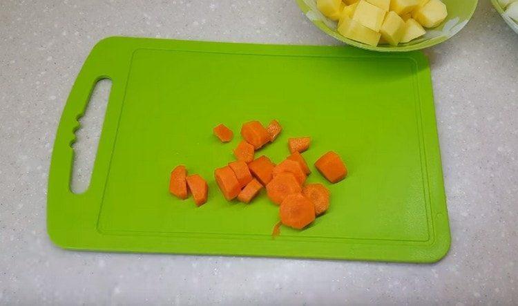 Нарезаем кусочками морковку.