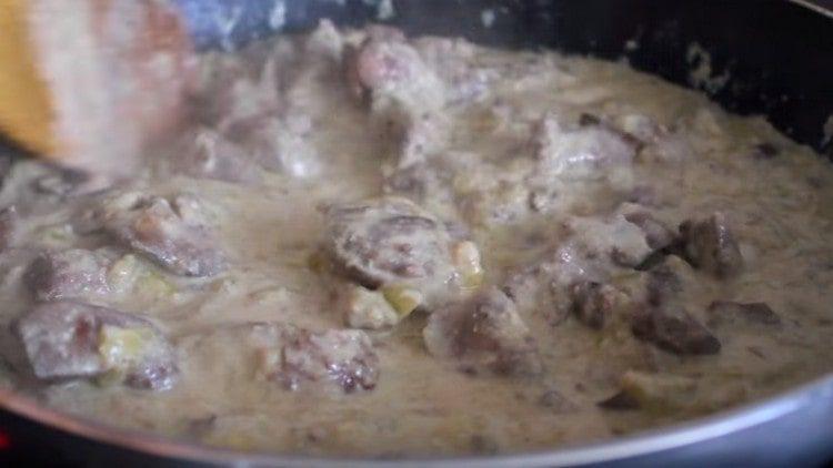 Куриная печень в сливках прекрасно дополнит любой гарнир.