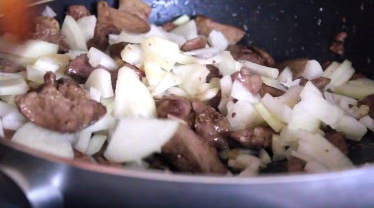 Добавляем лук на сковороду к печени.