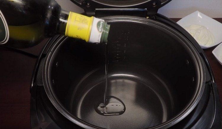 разогреваем мультиварку, наливаем растительное масло.