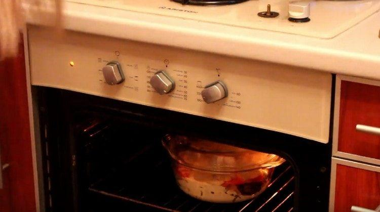 Ставим форму в духовку.