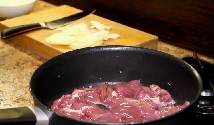 Выкладываем печень на разогретую сковороду с растительным маслом.