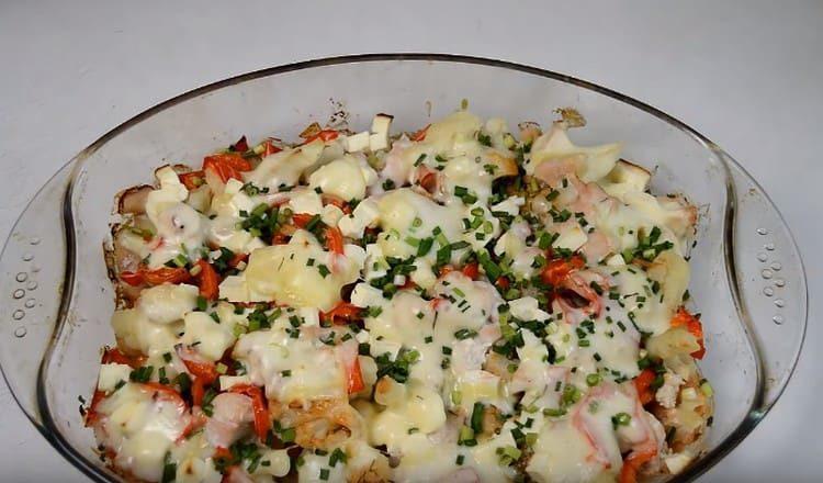 Такая курица с цветной капустой, приготовленная в духовке, станет отличным полноценным блюдом.