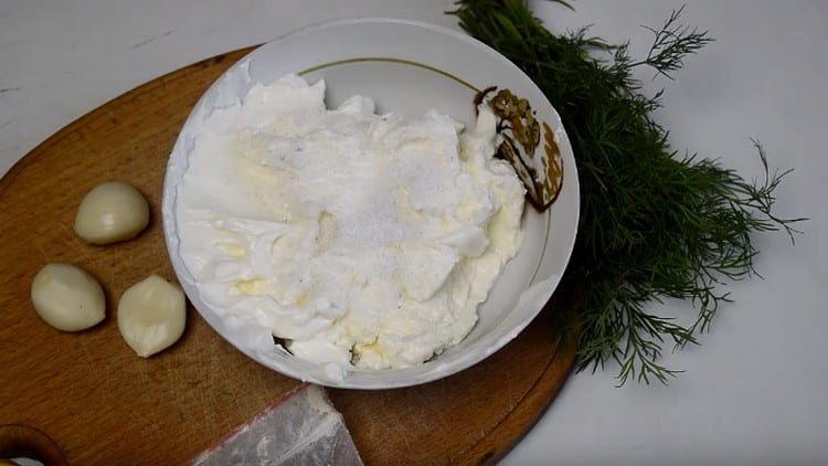 В миску выкладываем жирные сливки.