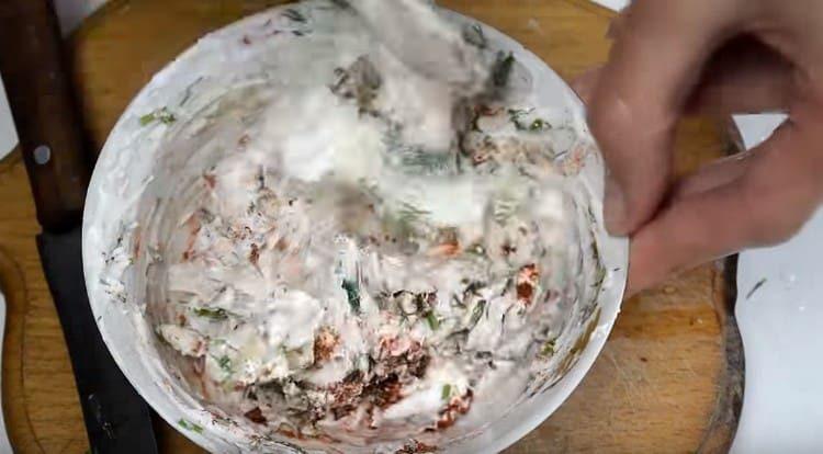 В сливки добавляем сушеный чеснок, паприку, измельченные укроп и чеснок.