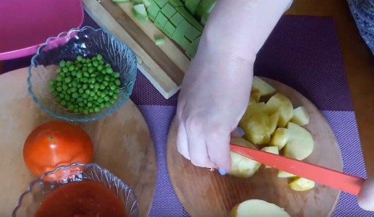 Нарезаем кубиком картофель.