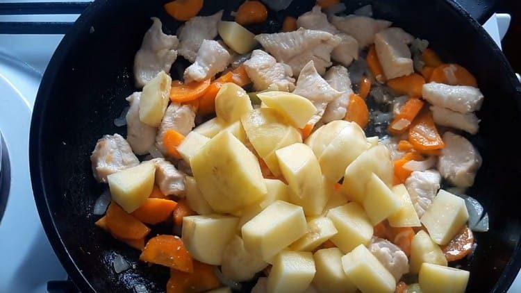 Выкладываем картофель на сковороду.