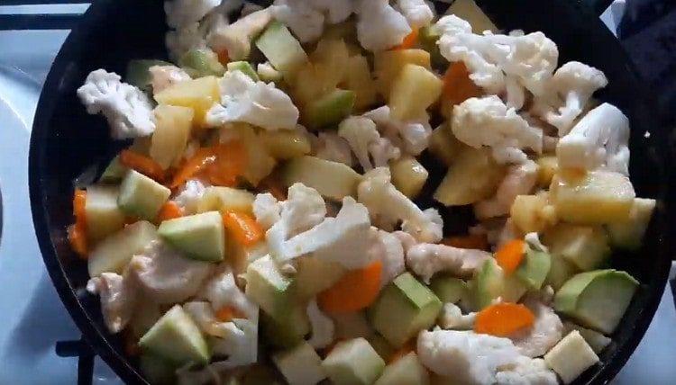 Кабачок и цветную капусту добавляем на сковороду.