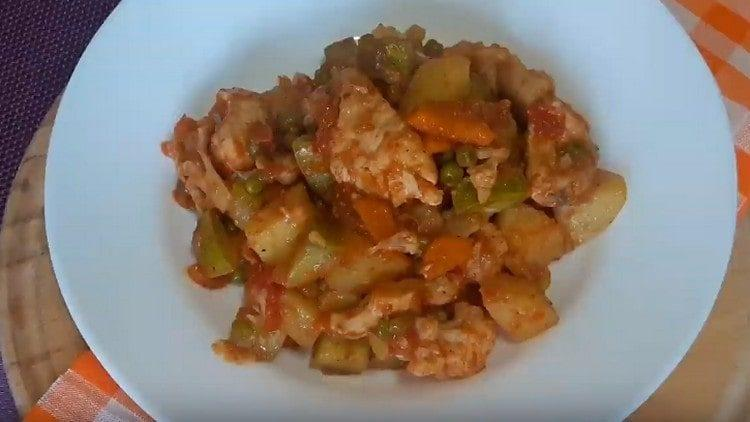 Такое овощное рагу с курицей получается питательным и в то же время легким.