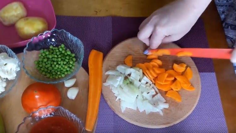 Нарезаем кусочками морковь.