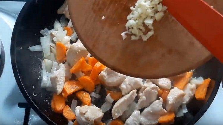 Измельчаем чеснок и тоже добавляем на сковороду.