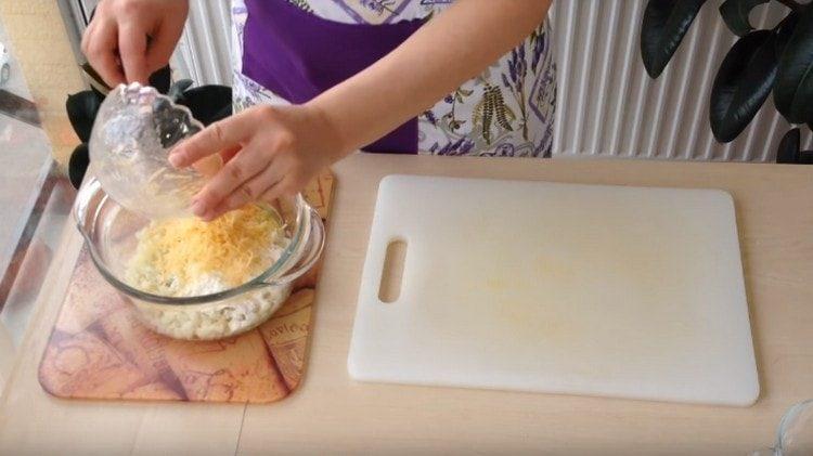 Добавляем также натертый на мелкой терке сыр.
