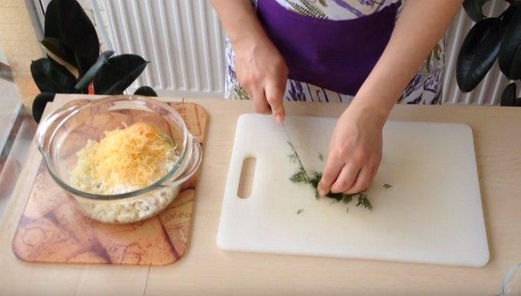 Измельчаем укроп и добавляем в капустную массу.