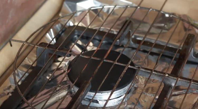 Плиту застилаем фольгой, сверху ставим решетку для барбекю.