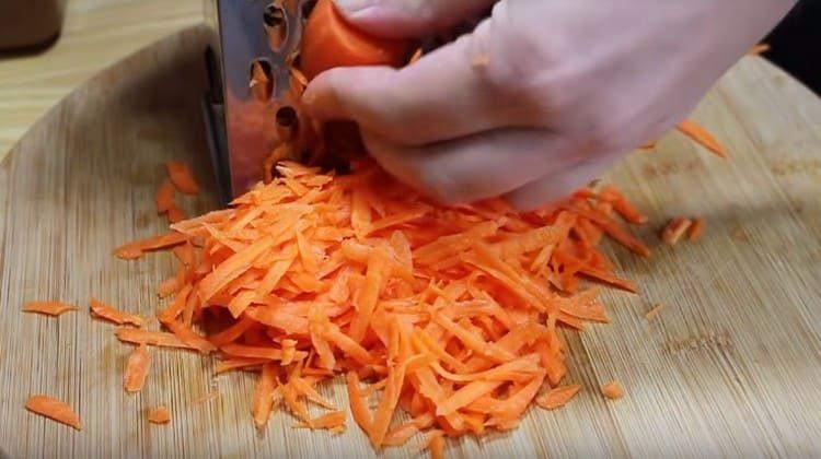 Трем морковь на крупной терке.