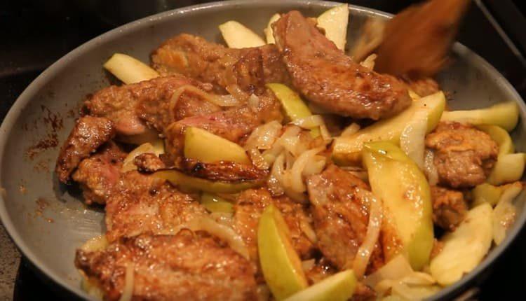 Говяжья печень, тушеная с луком и яблоками, порадует вас нежным вкусом и приятным ароматом.
