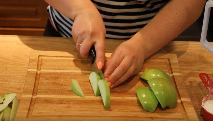 Нарезаем небольшими ломтиками яблоки.
