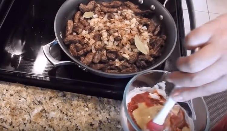 Добавляем в соус горчицу и перемешиваем.