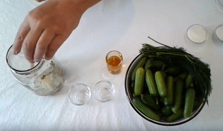 Добавляем специи, уксус и растительное масло.