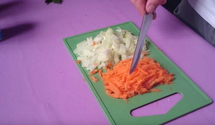 Измельчаем лук, морковь трем на терке.