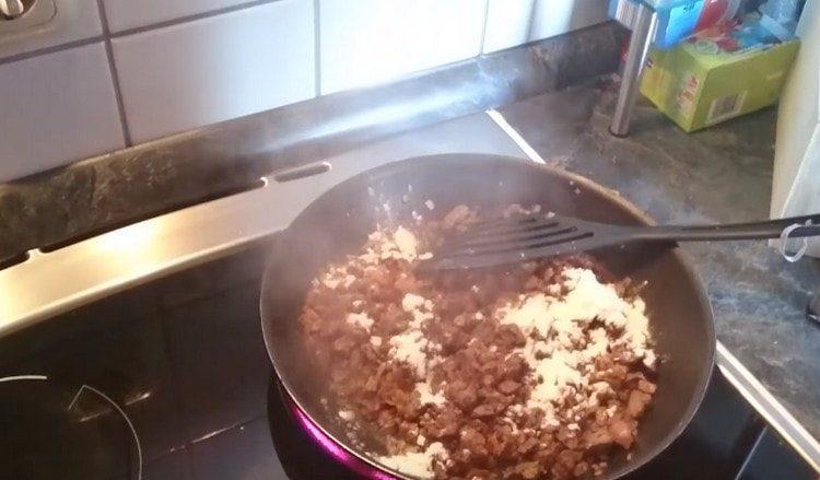Добавляем к ингредиентам на сковороде муку.