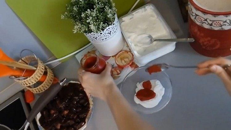Для приготовления соуса смешиваем сметану и томатную пасту.