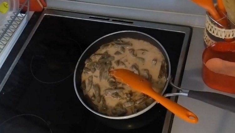 Е печени на сковородку добавляем лук и соус.
