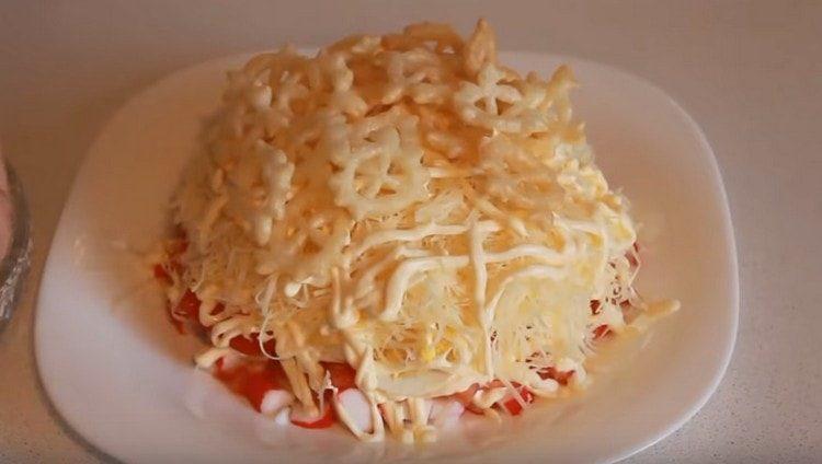 Такой простой салат с крабовыми палочками будет еще вкуснее, если украсить еще чипсами со вкусом краба.