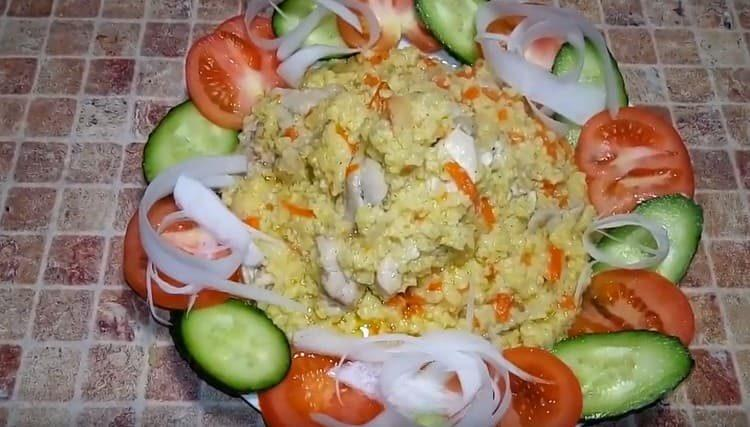 Сытная пшенная каша с мясом будет отлично сочетаться со свежими овощами.