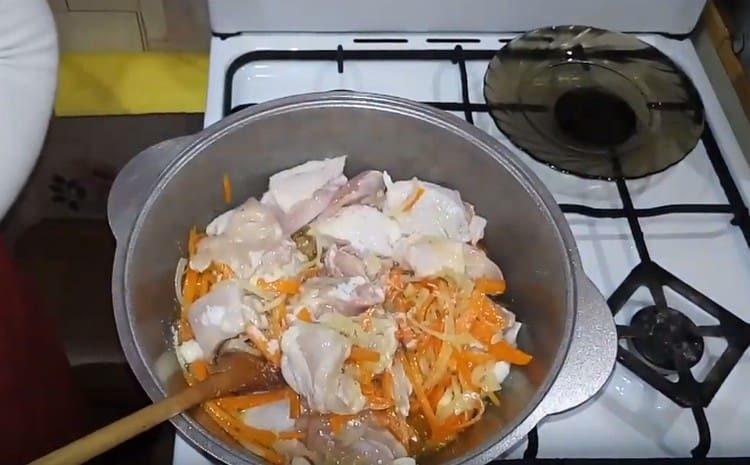 Добавляем к овощам куриное мясо.