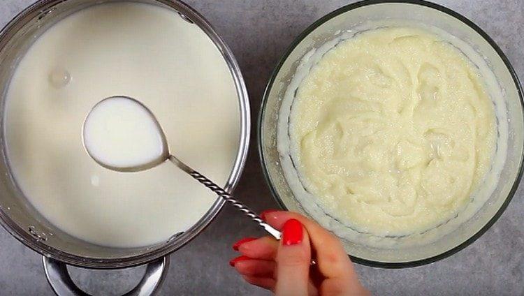 Добавляем немного молока, регулируя консистенцию пюре.