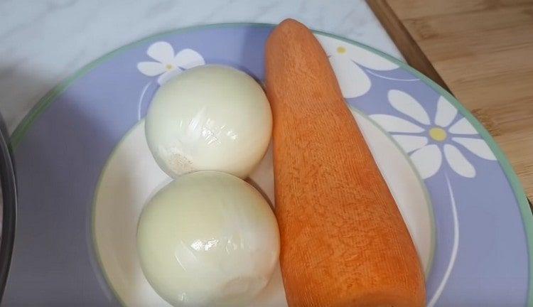 Очищаем одну морковь и две луковицы.