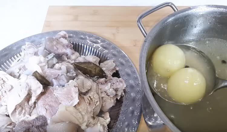 Из сварившегося холодца вынимаем мясо, лук выбрасываем.