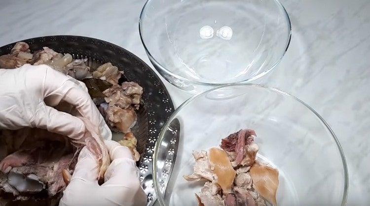Мясо отделяем от костей и разделяем на волокна.