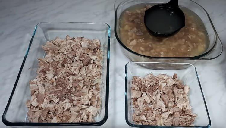 Аккуратно заливаем мясо бульоном.