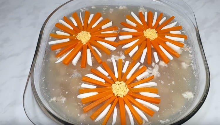 Из желтка делаем серединки цветочков.