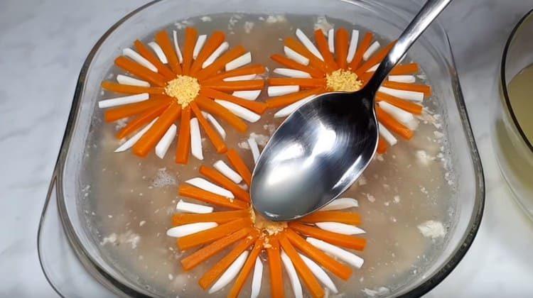 Поливаем цветочки несколькими каплями бульона и ставим в холодильник.