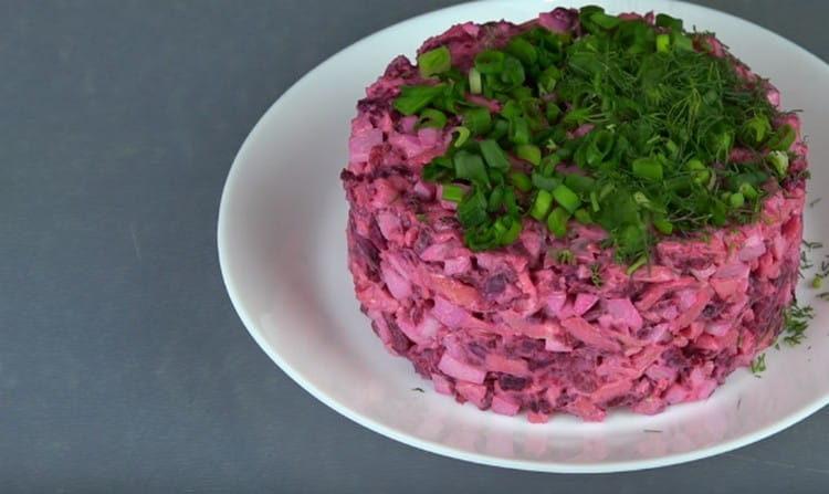 Вот такой аппетитный салат мы сделали из запеченной свеклы.