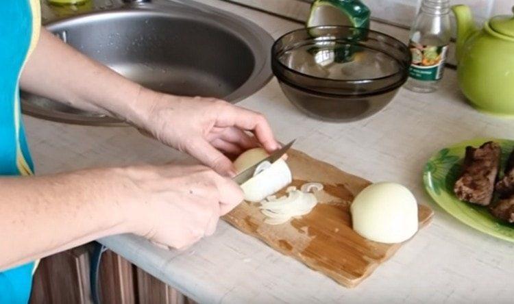 Как можно более тонкими полукольцами нарезаем лук.