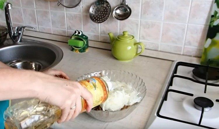 Перекладываем лук к печени, добавляем растительное масло.