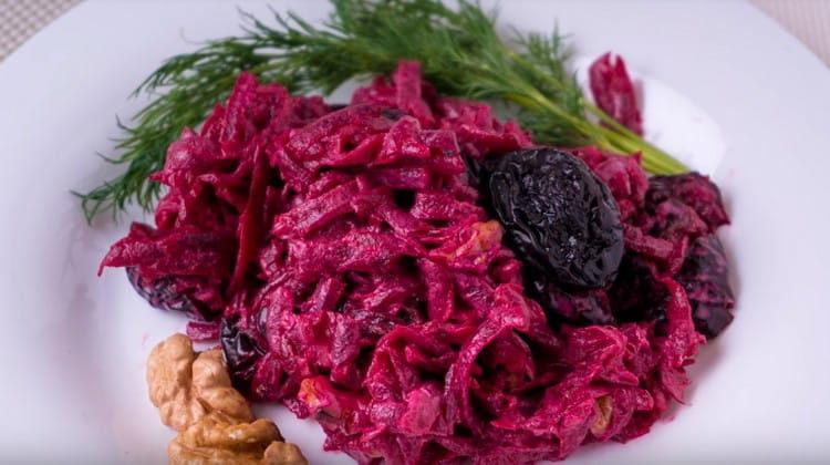 Вот такой легкий и аппетитный салат из свеклы с черносливом можно быстро сделать в домашних условиях.