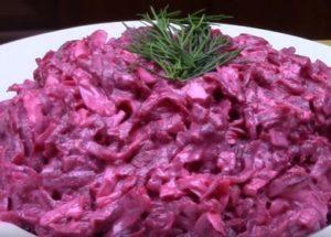 Готовим ароматный салат из свеклы с чесноком по пошаговому рецепту с фото.