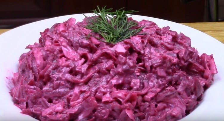 Наш салат из свеклы с чесноком готов.