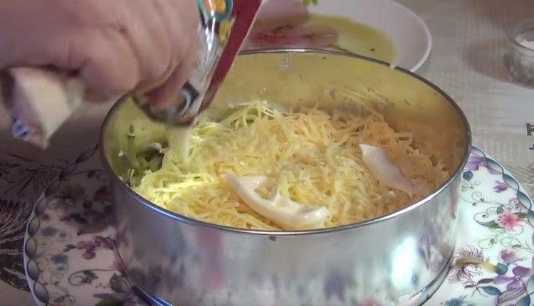 Делаем сырный слой, смазываем майонезом.