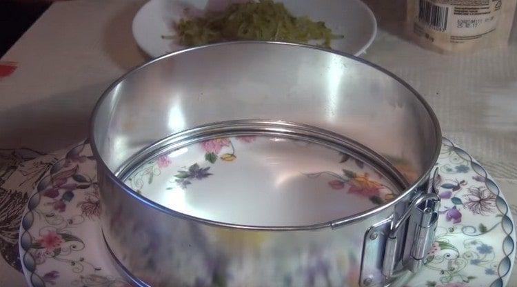 На тарелку устанавливаем кондитерское кольцо.