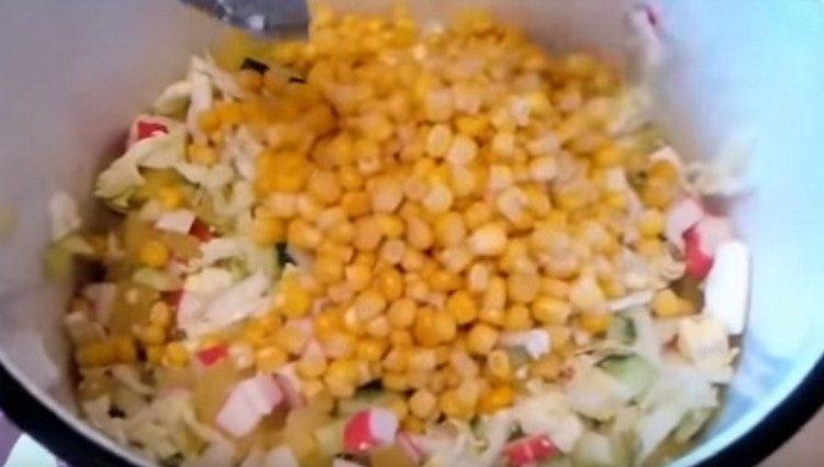 Добавляем ко всем подготовленным ингредиентам кукурузу.